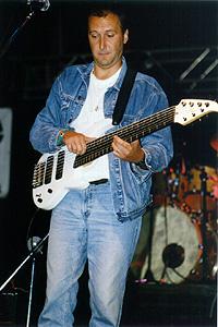 Pán basgitarista to so svojim nezvyčajným nástrojom skutočne umí