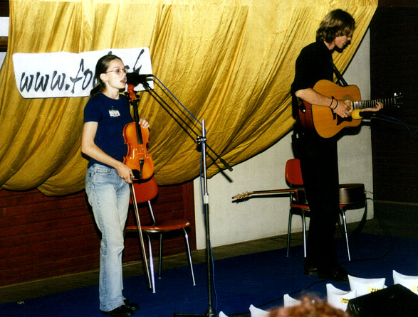 Duo Hups bolo jedným z favoritov Folkfóra na Padláši počas Strunobrania 2001 ... a v pozadí sa akýmsi záhadným spôsobom mihla aj naša reklama :-)
