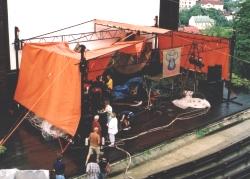 Takto vyzerá zbortená strecha nad premoknutým pódiom