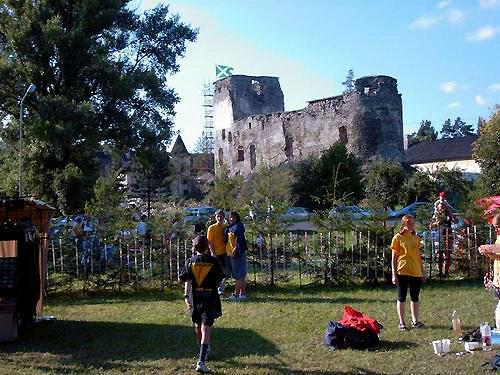 Areál festivalu bol vytvorený na lúke pod skalkou v blízkosti hradu.