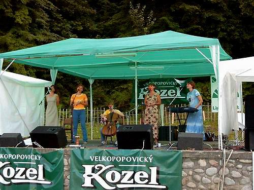 Pôvabné členky skupiny Venusta sa cítia v Liptovskom Hrádku ako doma.